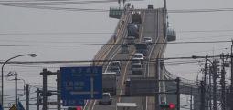 Ura më e tmerrshme në botë, do guxonit të kalonit mbi të?! (FOTO&VIDEO)