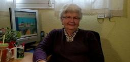 Gjyshja që pikturon duke përdorur programin MS Paint