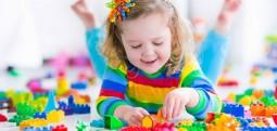 Fëmijët janë më inteligjentë kur kanë pak lodra!