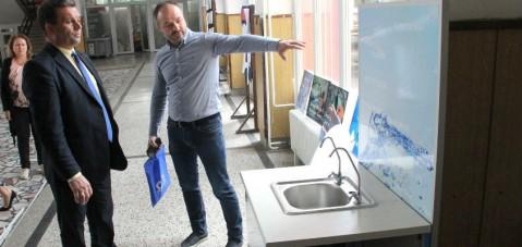 Gazibaba Belediyesi temiz içme suyu için okullara su filtresi taktırıyor..