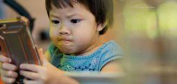 Günde 4 saat telefon ekranına bakan 2 yaşındaki çocuk neredeyse kör oluyordu