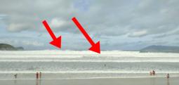 Dallga e madhe 'përlan' ç'gjen përpara, pushuesit shpërthejnë në ulërima (Video)