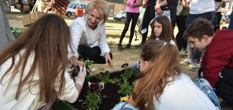 """Teuta Arifi: Nën tingujt e grupit """"Shërbet"""" bashkë me shoqatën IEGE dhe nxënësit filluam të ndërtojmë parkun në hapësirat e shkollës së muzikës"""