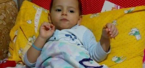 Турција: 2,5 годишниот Јагиз Синан од самото раѓање се наоѓа во затвор
