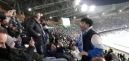 Tifozi kinez në mes të stadiumit ngrihet dhe bërtet me të madhe: Nuk jam me koronavirus