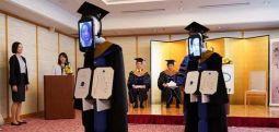 Japonya'da mezuniyet töreninde diplomaları koronavirüs nedeniyle avatar robotlar aldı
