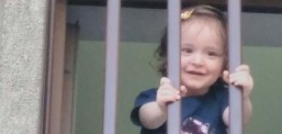 1,5 yaşındaki Azra bebek annesiyle birlikte hapse girdi